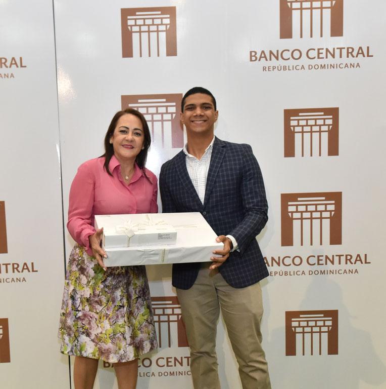 Norma Molina, secretaria de la Junta Monetaria, entrega su premio a Francisco Antonio Salvucci Calderón.