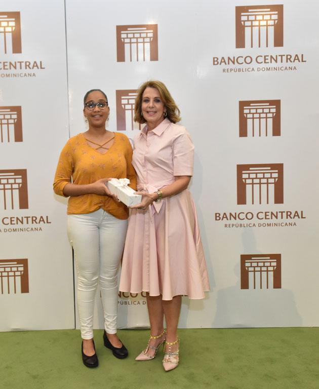 La estudiante Karol Audrey Reyes Herrera recibe su premio de manos de la vicegobernadora, Clarissa de la Rocha de Torrres.
