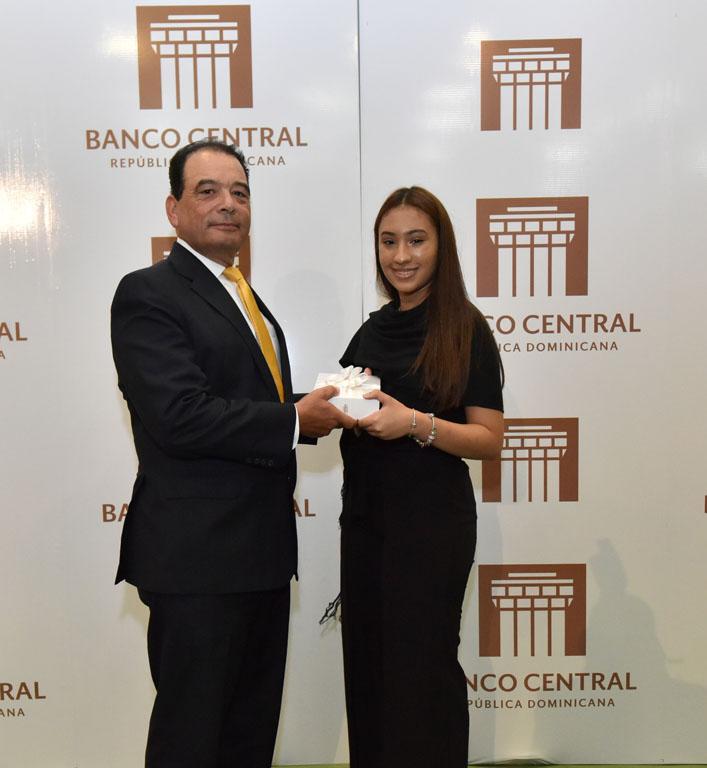 Roberto Pelliccione, subgerente de Servicios y Administrativo, le entrega su premio a Katherine Marie Simó Subero.